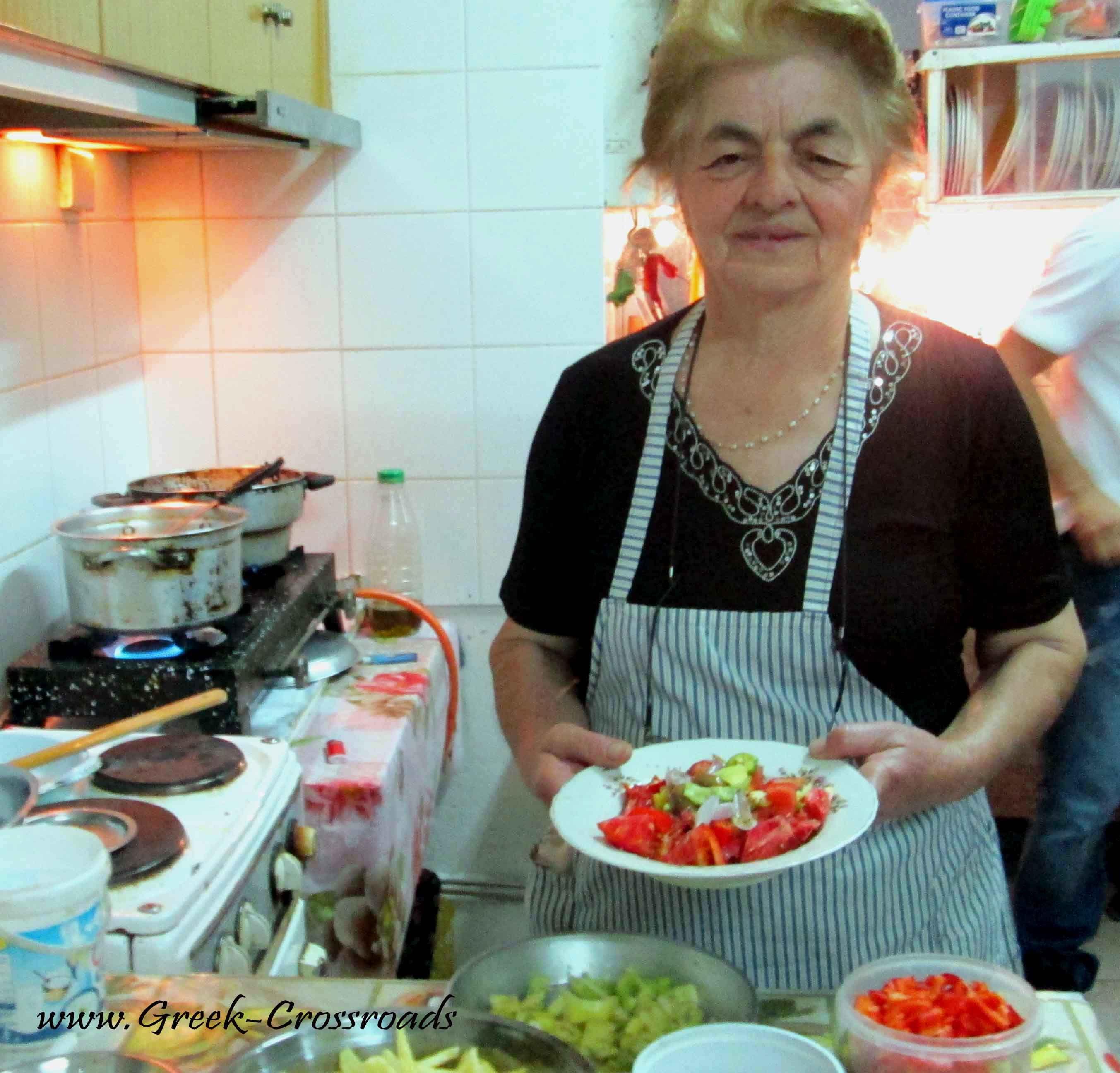 Η κυρία Κούλα Λυμπέρη στην κουζίνα με τις κατσαρόλες να μοσχομυρίζουν!